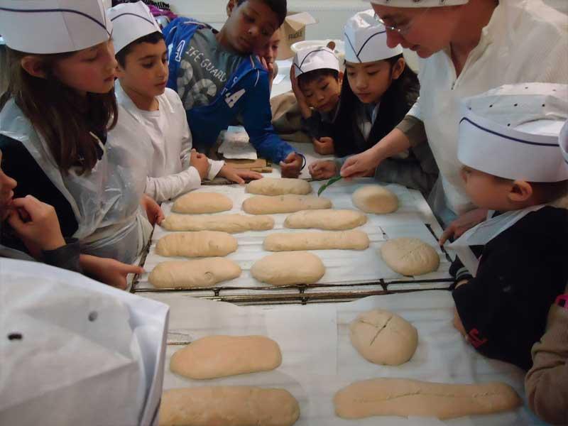 Les enfants en train de cuisiner du pain durant la colonie de vacance