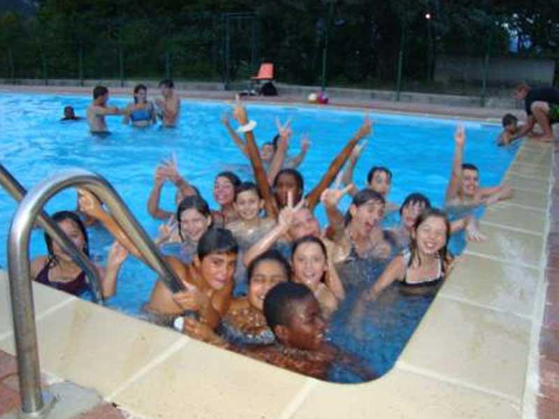 Les enfants de la colonie de vacances s'amusent dans la pisicne