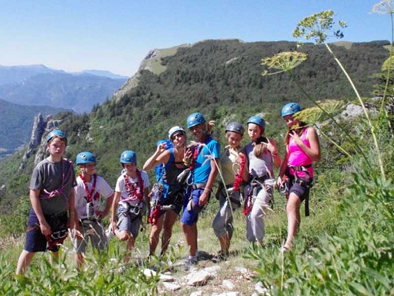 Jeunes de la colonie de vacances durant une activité escalade en été