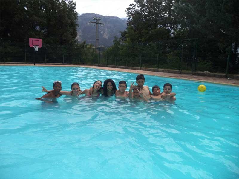 Groupe de jeune dans la piscine du centre