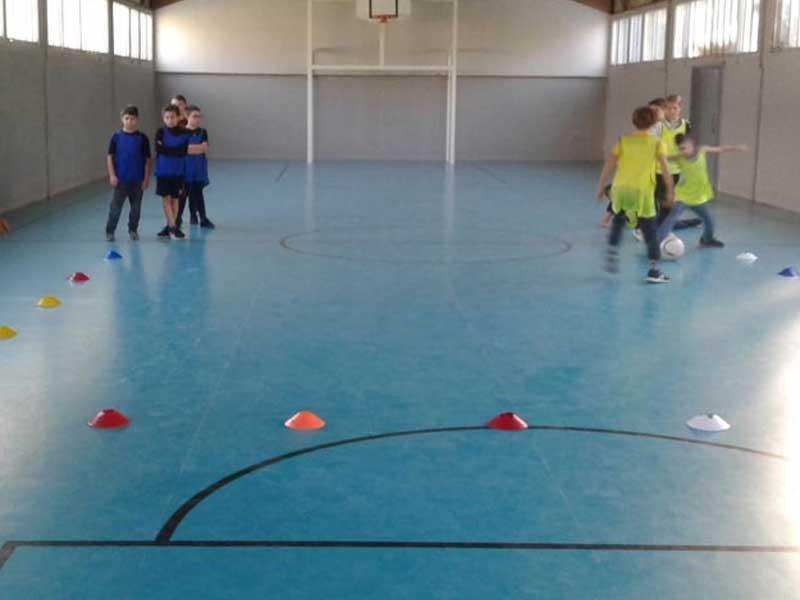 Les jeunes en colonie de vacances faisant un entraînement de foot