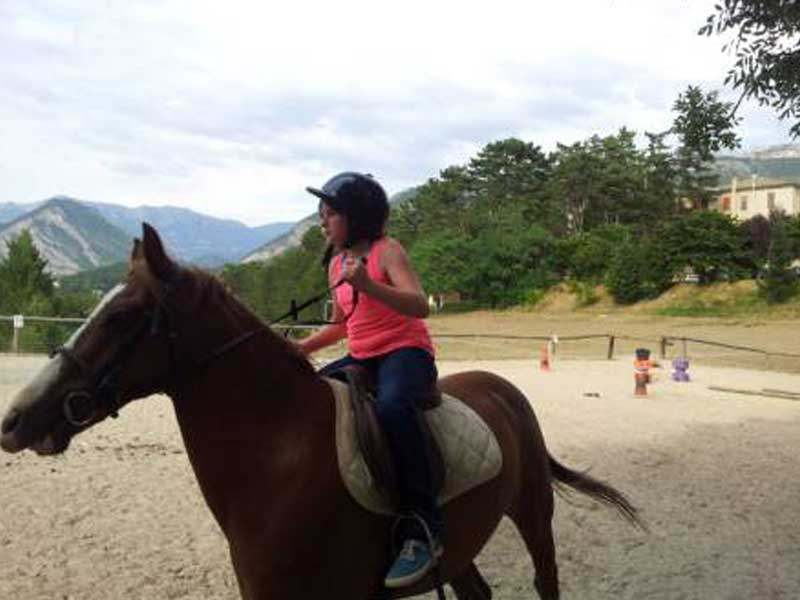 Stage d'équitation durant la colonie de vacances en été