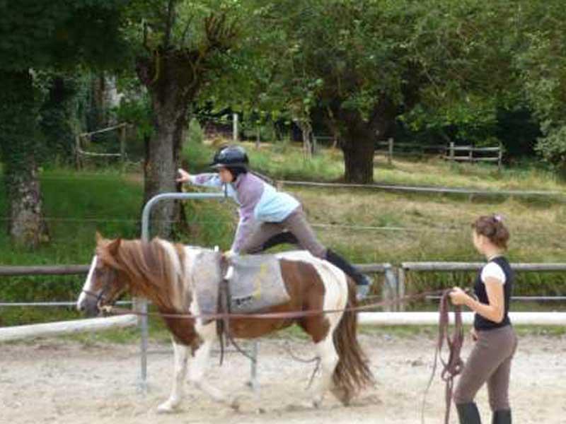 Séance de voltige sur un cheval durant la colonie de vacances