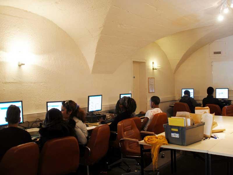 Salle informatique de la colonie de vacances de soutien scolaire