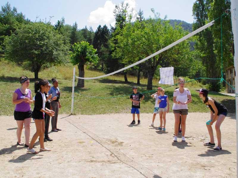 Activité volley durant la colonie de vacances de soutien scolaire