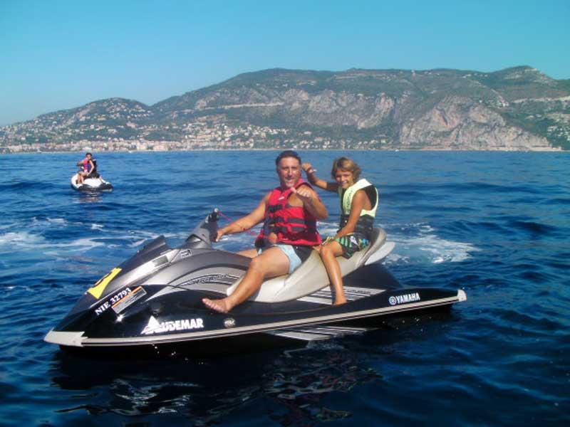 Ado qui fait du jet ski en colonie de vacances