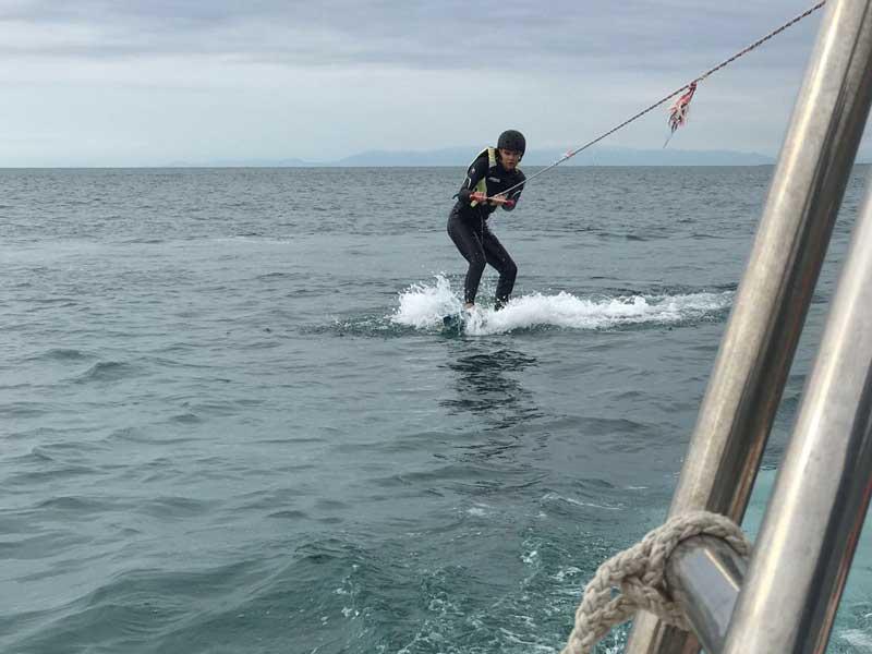 Ado faisant du kite surf en colo cet été