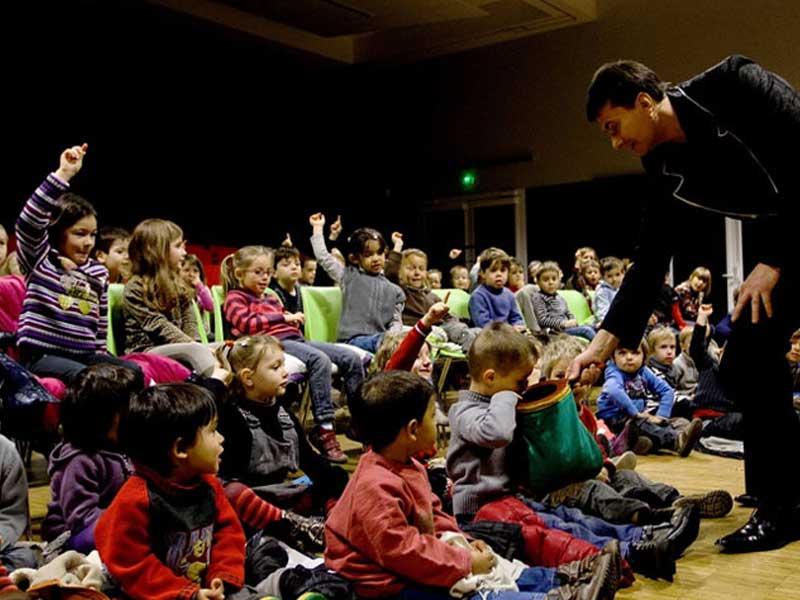 Magicien faisant un spectacle de magie à des enfants en colo