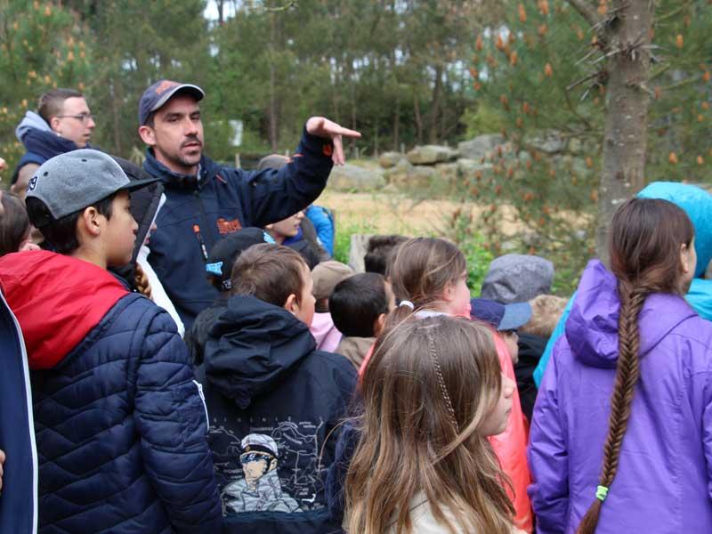Groupe d'enfants qui visitent le zoo de la flèche