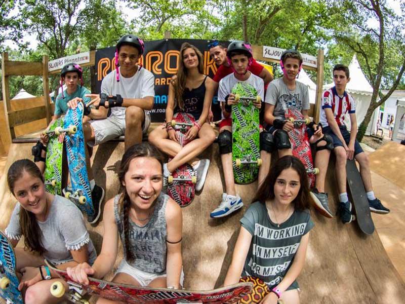 Groupe d'ados avec leur planche de skateboard en colo cet été