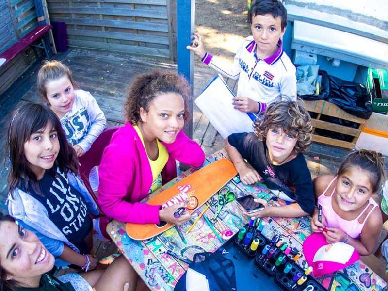 Atelier de customisation de planche de skate en colonie de vacances cet été