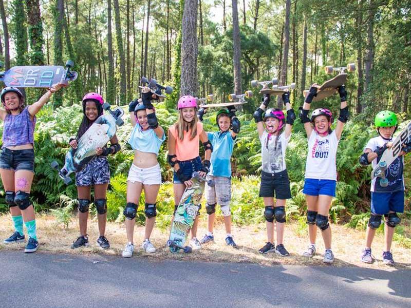 Groupe d'adolescents et préadolescents avec leurs longboard en colo