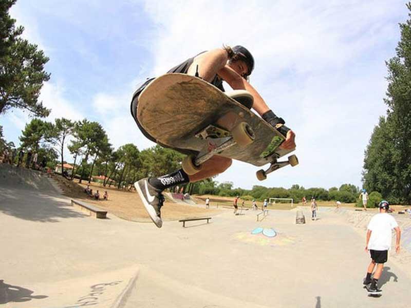 Ado faisant du skateboard en colonie de vacances cet été