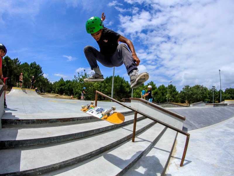 ado sur un skatepark en colo skateboard