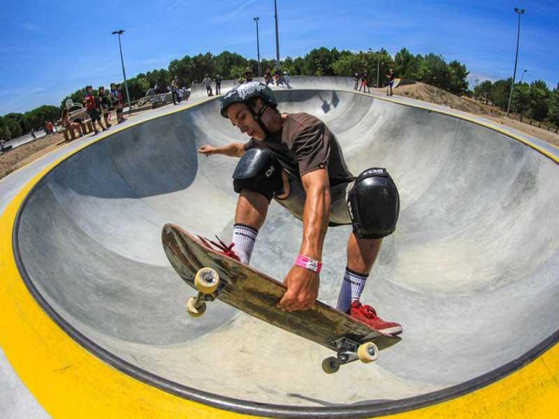 ado sur un skatepark en colo skate cet été