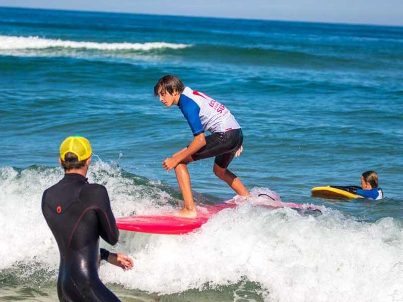 ado apprenant à surfer en colonie de vacances surf été