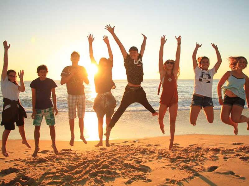 groupe d'ados cet été en bord de mer