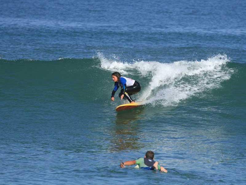 adolescent faisant du surf cet été en colonie de vacances