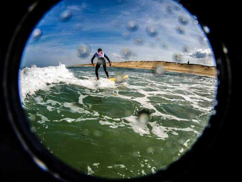 ado faisant du surf en colo cet été à la mer
