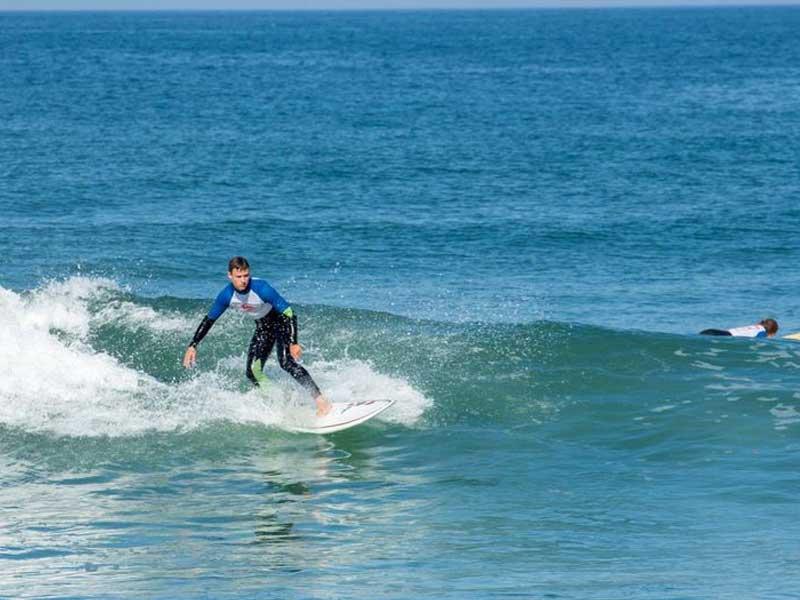 ado se perfectionnant au surf en colo cet été