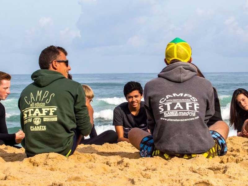 groups d'ados au bord de la mer en colo cet été