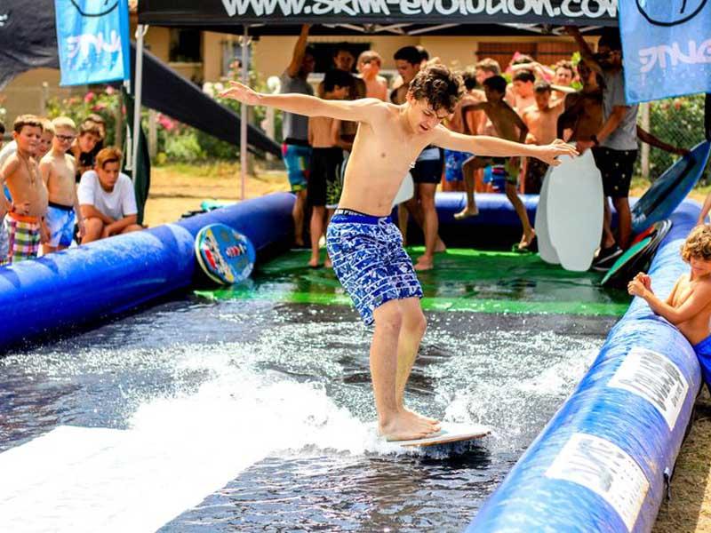 ado s'entrainant à surfer en colo