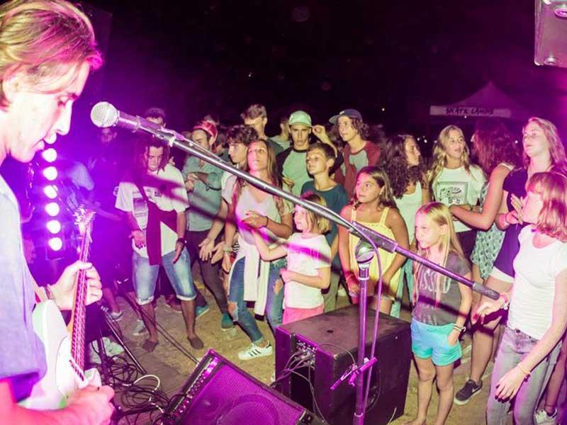 groupe d'ados en concert en colonie de vacances cet été