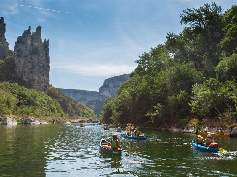 Groupe d'ados en canoe en Ardèche cet été
