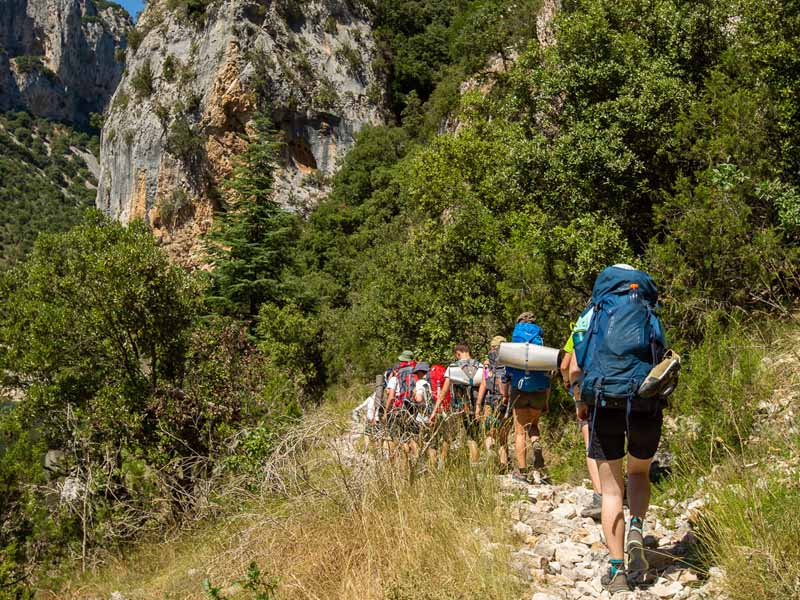 Groupe d'ados en randonnée en colo cet été