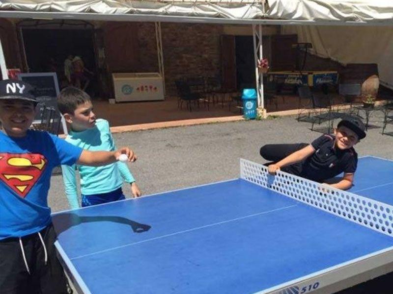 Ping Pong durant la colonie de vacances en Aveyron en France