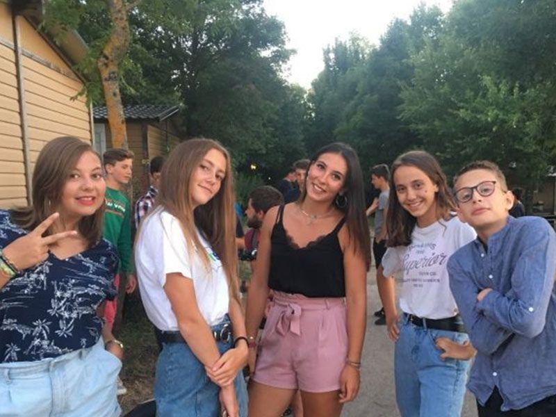 Adolescentes en colonie de vacances dans l'Aveyron