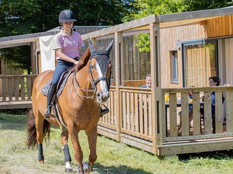 Activité équitation durant la colonie de vacances en Aveyron