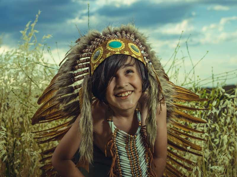 Enfant déguisé en Indien en colo l'été