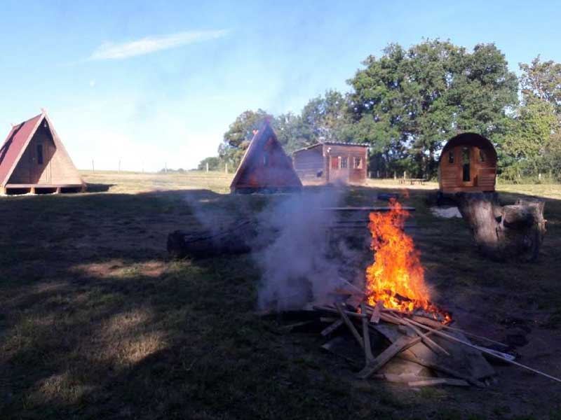 Feu de camp en colonie de vacances cowboys et indiens