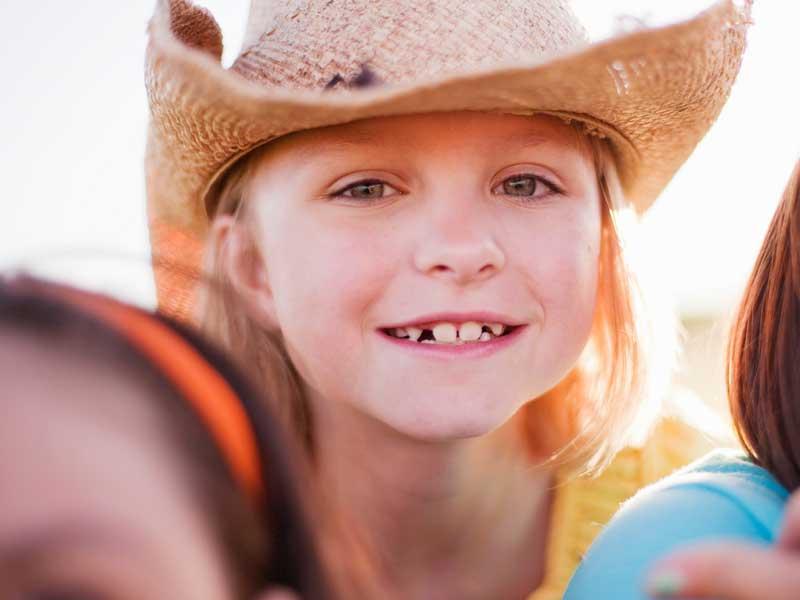 Petite fille déguisée en cow-boy en colonie de vacances été