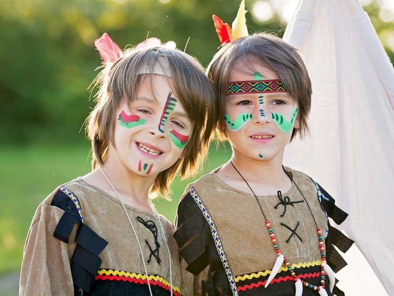 Deux jeunes garçons en colo déguisés en indiens