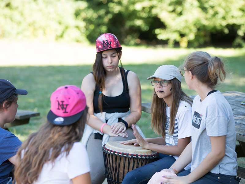 Groupe d'enfants qui jouent du tamtam en colonie de vacances