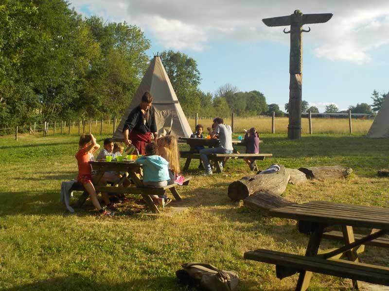 Camp de vacances cow-boys et indiens l'été