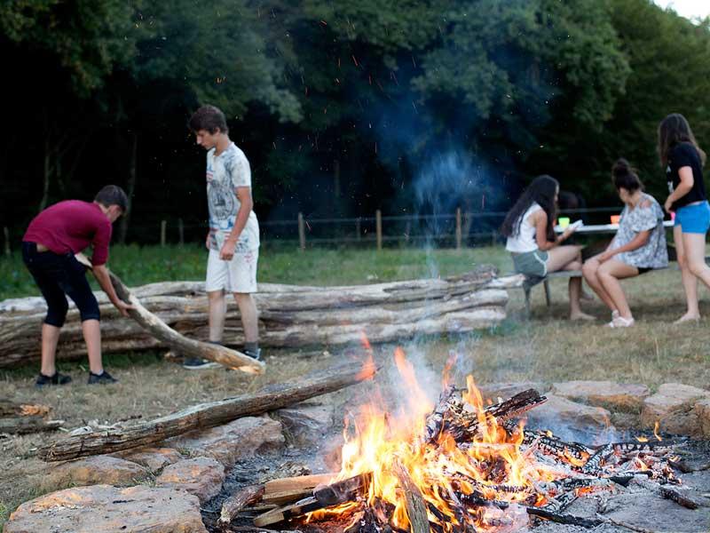 Feu de camp en colonie de vacances pour préparer le dîner