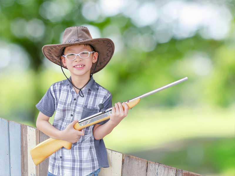 Garçon déguisé en cow-boy pour sa colonie de vacances Fra West été
