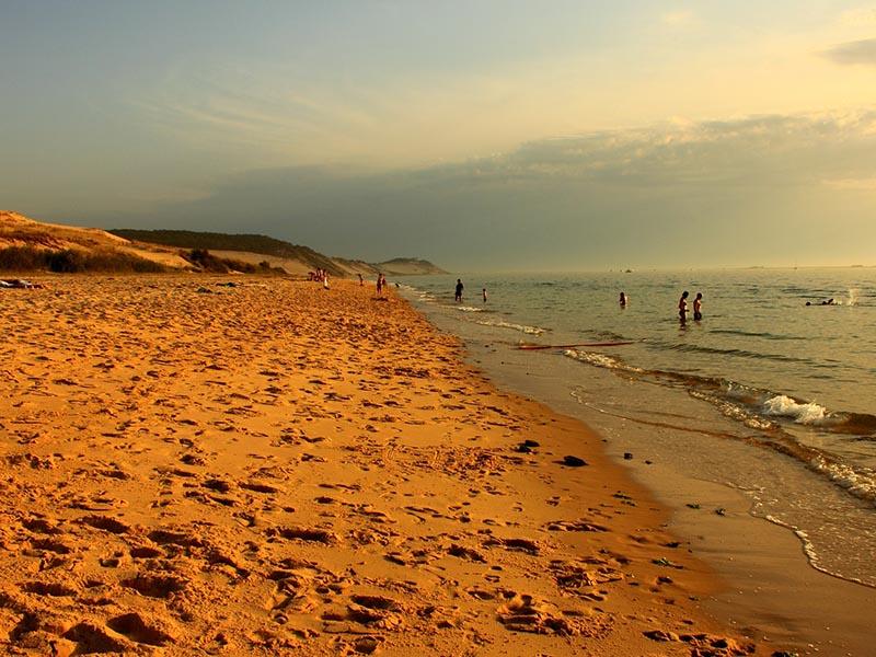 Plage de l'océan Atlantique en fin de journée, en été