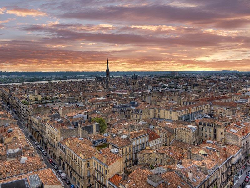 Vue globale de la ville de Bordeaux en été