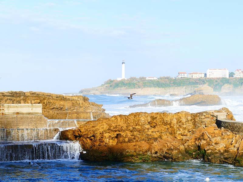 Vue sur les rochers et le phare de Biarritz, en été