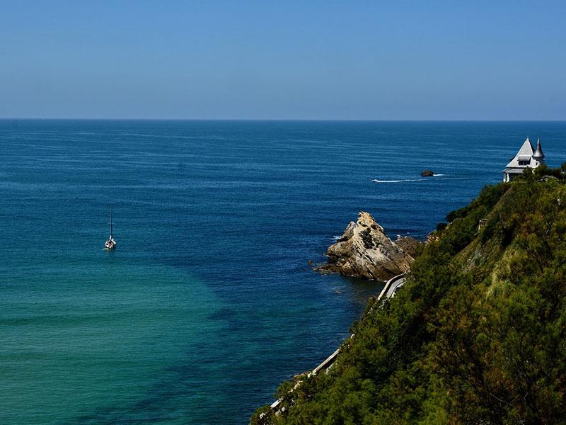 Falaises des Pays Basques en été