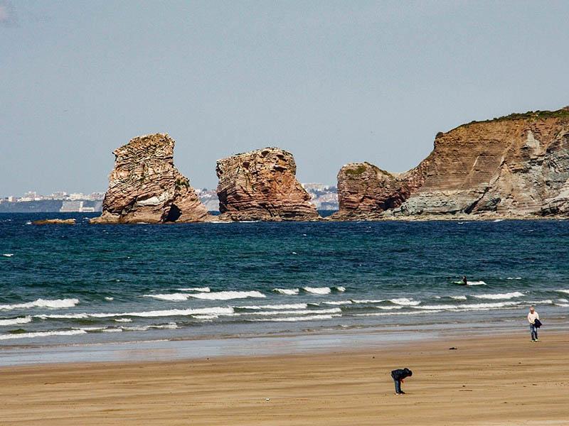 Vue sur la plage et les rochers d'Hendaye en été