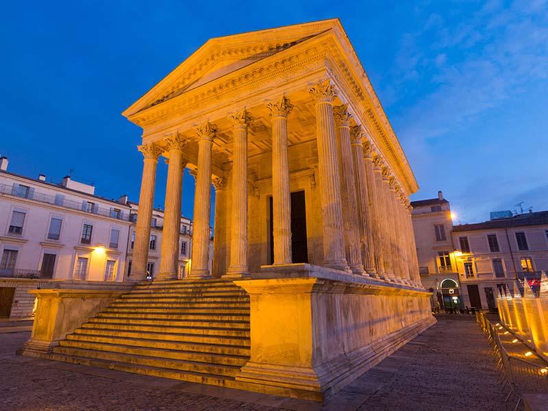 Maison Carrée à Nîmes durant une soirée d'été