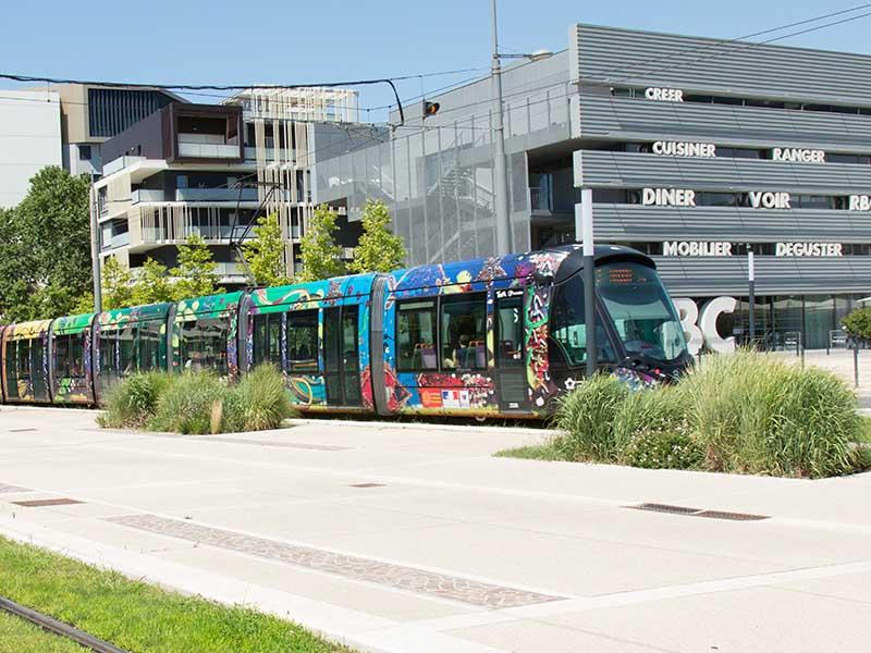 Un tramway de la ville de Montpellier en été