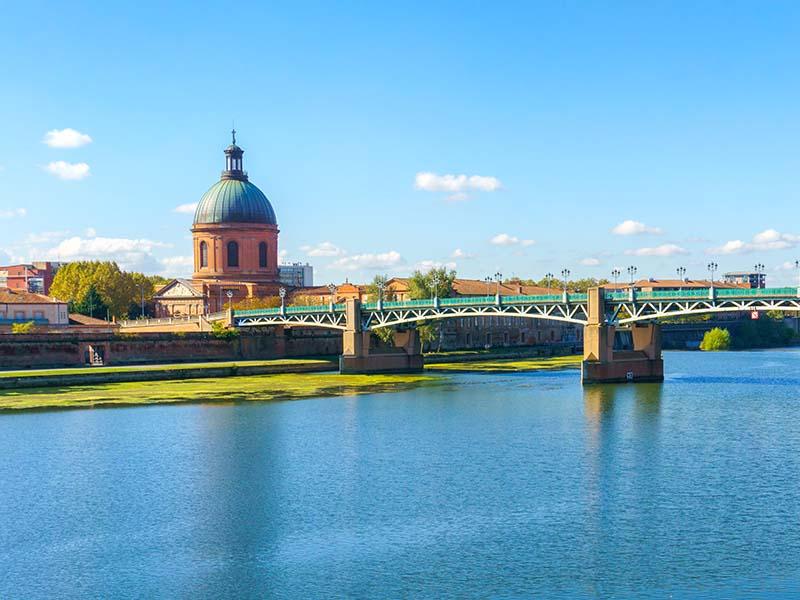 Vue sur le Dome de la Grave de Toulouse et de la Garonne en été