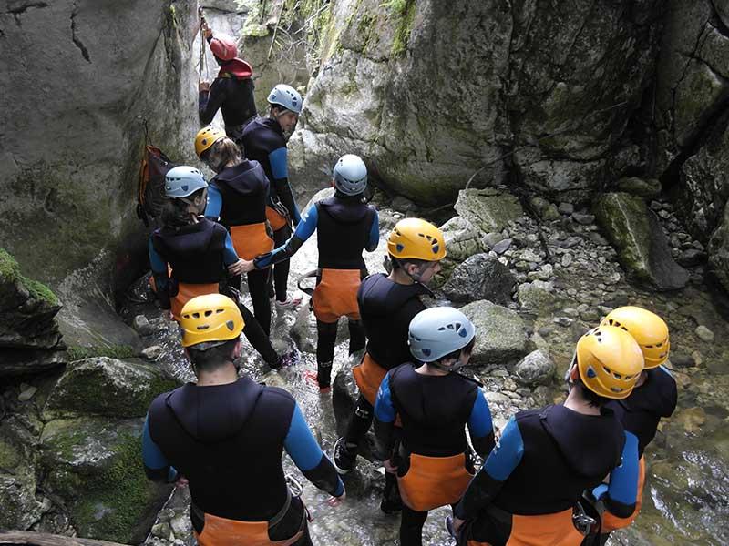 Un groupe de jeune en colonie de vacances durant une activité de canyoning en été