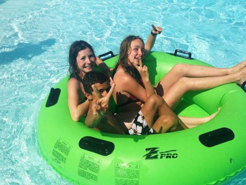 adolescents dans une bouée à Wave Island en colo cet été
